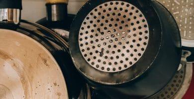 Limpieza de sartenes con piedra pomez